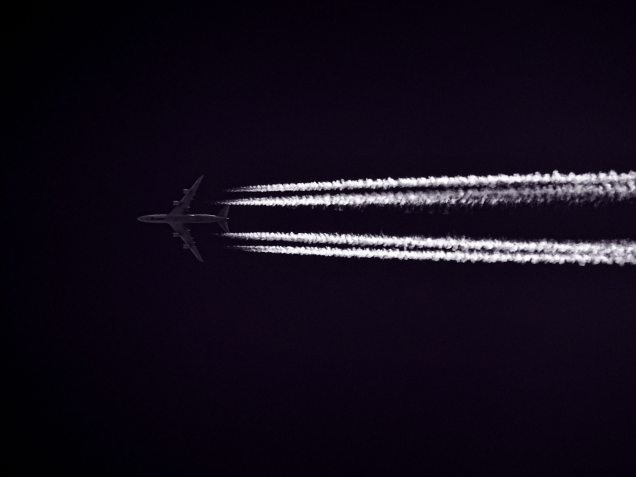 Flugzeug bei Nacht