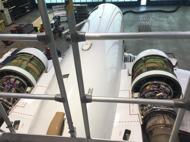 Flugzeug in Wartung mit offenen Triebwerken